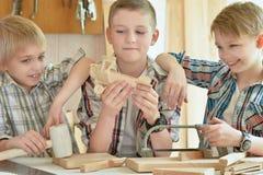 Meninos que jogam com plano do brinquedo Imagens de Stock