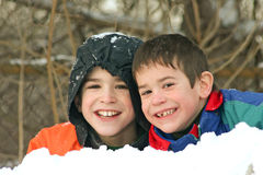 Meninos que jogam fora na neve Imagens de Stock
