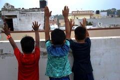 Meninos que jogam no telhado da casa fotos de stock