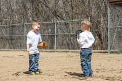 Meninos que jogam o basebol Fotos de Stock Royalty Free