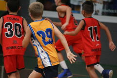 Meninos que jogam o basquetebol Imagem de Stock Royalty Free