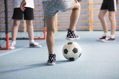 meninos que jogam o futebol imagem de stock royalty free