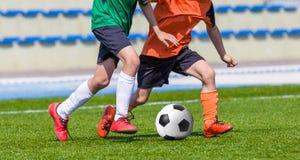 Meninos que jogam o jogo de futebol Fotos de Stock Royalty Free