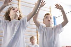 Meninos que jogam o voleibol imagem de stock royalty free