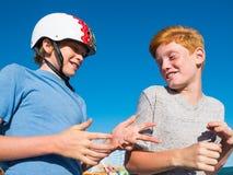 Meninos que jogam a rocha, papel, tesouras em Santa Monica Pier Imagem de Stock