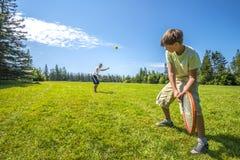 Meninos que jogam um tênis Fotografia de Stock Royalty Free