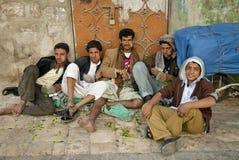 Meninos que mastigam a cidade yemen de sanaa do khat do qat da rua Imagem de Stock Royalty Free
