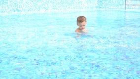 Meninos que nadam na associação no recurso filme