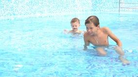 Meninos que nadam na associação no recurso video estoque