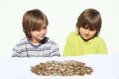 Meninos que olham o dinheiro Fotografia de Stock Royalty Free