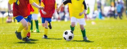 Meninos que retrocedem o fósforo de futebol do futebol Campeonato de futebol da juventude Foto de Stock Royalty Free