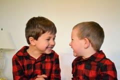 Meninos que riem-se de imagem de stock