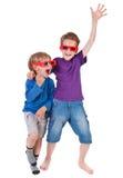 Meninos que têm o divertimento desgastar os vidros 3D Imagens de Stock