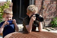 Meninos que tomam fotos Imagens de Stock