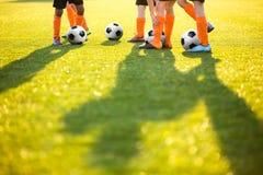 Meninos que treinam o futebol no passo Sessão de formação do futebol do futebol para crianças Foto de Stock Royalty Free