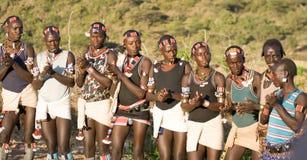 Meninos que vestem trajes tradicionais e que dançam na cerimônia de salto do touro, Etiópia Fotografia de Stock Royalty Free