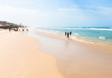 Meninos running na areia Fotos de Stock Royalty Free