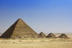 Menkaure和女王/王后金字塔金字塔  免版税库存图片