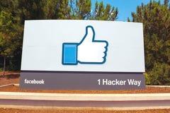MENLO-PARK, CA - JULI 17: Een teken bij de ingang aan het Facebook-Wereldhoofdkwartier in Menlo-Park, Californië op 17 wordt geve Royalty-vrije Stock Afbeelding