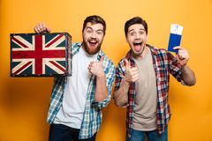 Menn deux intrigué heureux dans des chemises préparant pour se déclencher Image stock