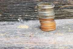 Mennicze pieniądze sterty na drewnianym podłogowym tle obrazy royalty free