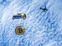 Menniczy bitcoin lata na spadochronie od samolotu Airdrop żeton fotografia stock