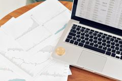 Menniczy bitcoin na laptop klawiaturze pojęcie handlarski cryptocurrency Gwałtowny rozwój waluta zdjęcia royalty free