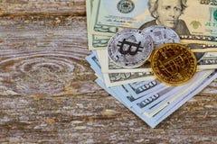 Menniczy bitcoin na tle stos dolarowi rachunki zdjęcia royalty free