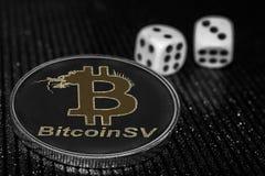 Menniczy cryptocurrency Bitcoin SV i toczne kostki do gry BSV zdjęcie royalty free