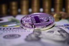 Menniczy fizyczny Litecoin LTC, tło od banknotu i złotych monet zdjęcie royalty free