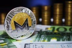 Menniczy fizyczny Monero XMR na zielonym banknocie, tło od złotych monet obrazy royalty free