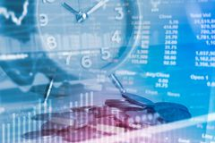 Menniczy kalkulator, zegar, pomysł finansować wartość i oszczędzanie pieniądze, obraz royalty free