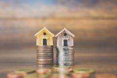 Menniczy pieniądze i dom modelujemy na drewnianym tle Obraz Stock