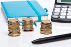 Menniczy stos, kieszeniowy kalkulator i notatnik, Fotografia Royalty Free