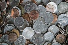 Menniczy tekstury tło z stosem monety wszędzie zdjęcia royalty free