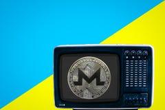 Menniczy xmr na Radzieckim analogowym retro TV na błękitnym reklama koloru żółtego tle obrazy royalty free