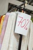 Meno settanta per cento o vendite di 70%, abbigliamento fotografia stock libera da diritti