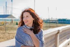Menopausal kvinna som ser hennes sida Fotografering för Bildbyråer