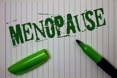 Menopausia del texto de la escritura El cese del significado del concepto del período de los cambios hormonales de más viejas muj fotos de archivo