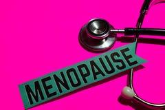 Menopausia en el papel con el concepto de seguro de enfermedad imagenes de archivo