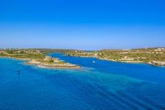 Menor bonito de Balearis do litoral com cor dos azuis celestes do mar e do céu azul, vista superior, Espanha fotos de stock