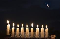Menorah с горящими свечами стоковые фото