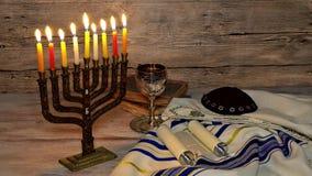 Menorah abstraktes Retro- des jüdischen Feiertags Chanukka mit dem menorah traditionell mit Funkelnüberlagerung