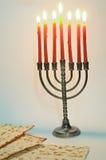 Menorah con le candele accese Fotografie Stock Libere da Diritti