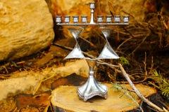Menorah de Hanukkah Palmatoria judía en la estrella judía Magen David del estilo Antecedentes: tocón de madera aserrado y piedras foto de archivo libre de regalías