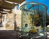 Menorah de oro - copia de una usada en el segundo templo en cuarto judío jerusalén Imágenes de archivo libres de regalías