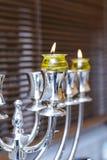 Menorah de plata Jánuca con aceite de oliva Fotografía de archivo
