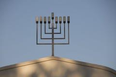menorah de 9 ramas encima de una sinagoga Foto de archivo