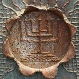 Menorah decorativo antiguo en una hoja del metal. Fotografía de archivo libre de regalías