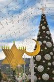 Menorah del árbol de navidad, de Jánuca y creciente en Haifa, Israel foto de archivo